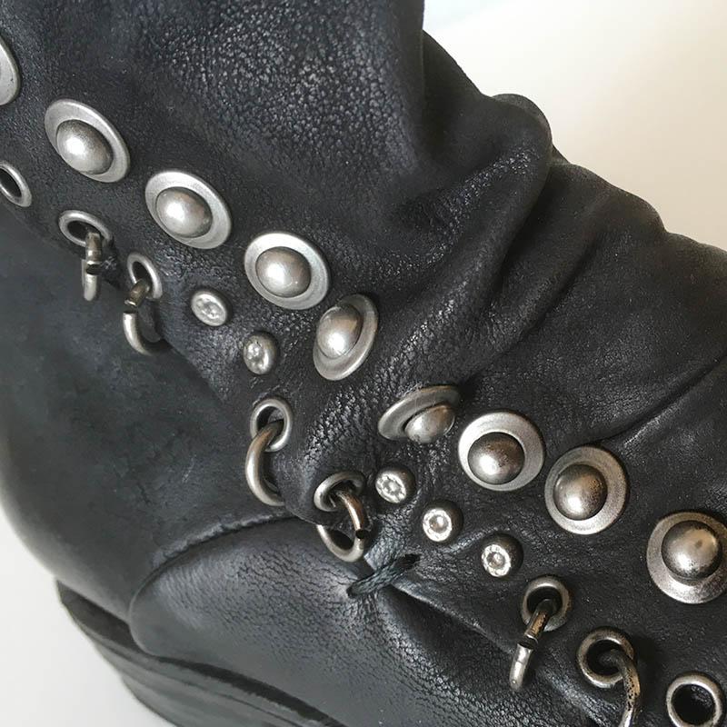 AS98 Botte cuir noir patiné, ornée de clous et ceinturée look  bikker chez Chérie Chaussures Annecy (détail)