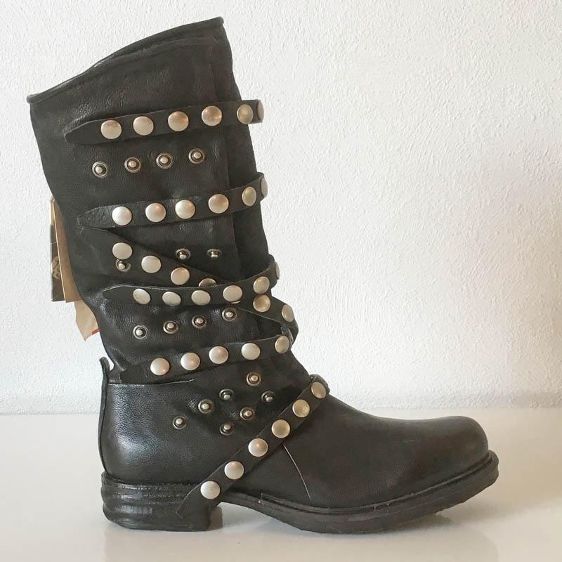 AS98 Botte cuir noir patiné, ornée de clous et ceinturée look  bikker chez Chérie Chaussures Annecy