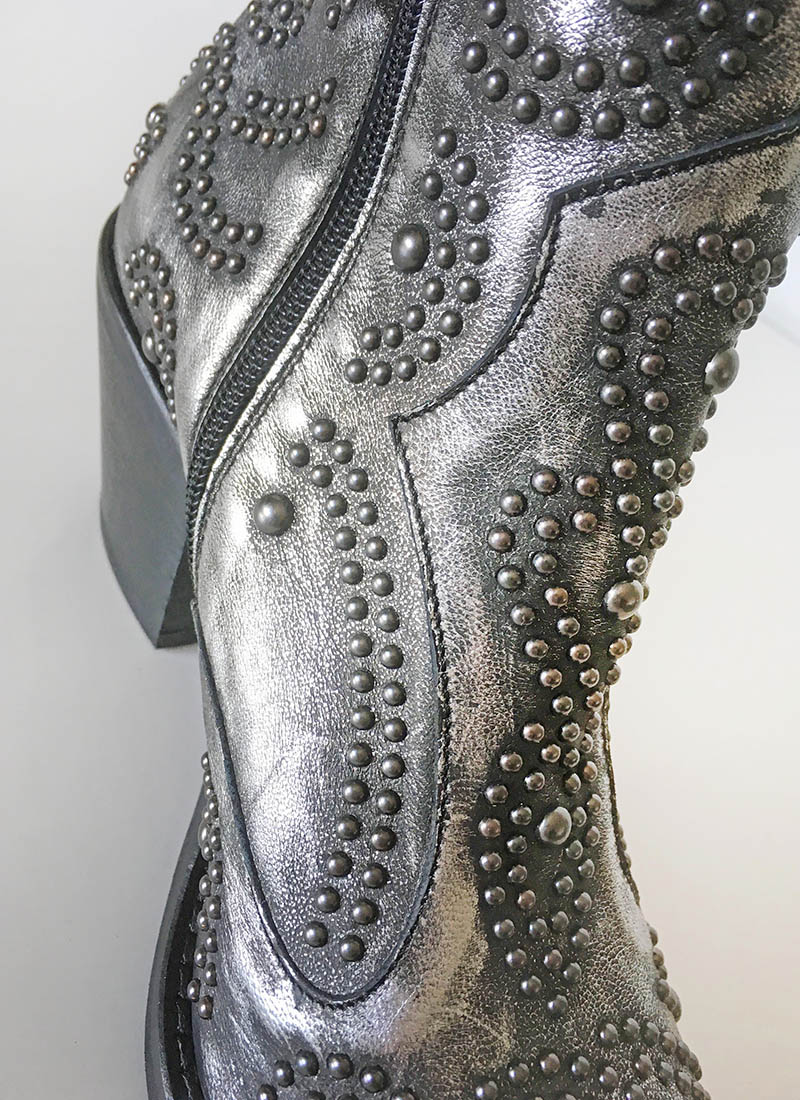 Semerdjian - Bottine tiag en cuir argent ornée de clous chez Chérie Chaussures Annecy (détail)