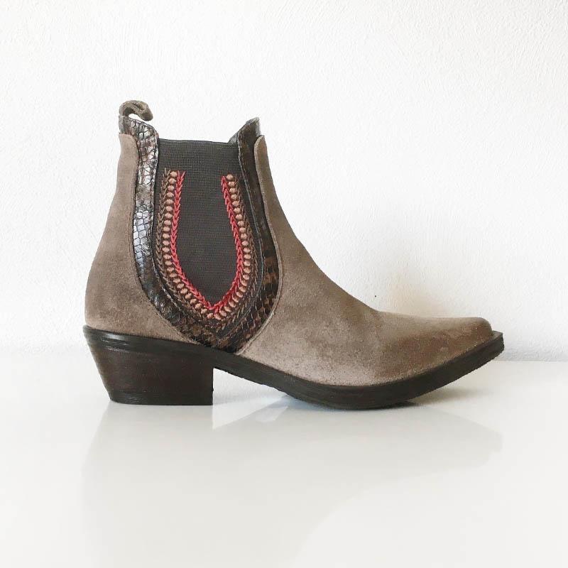 Emanuele Crasto - bottine tiag Chelsea en daim chez Chérie Chaussures Annecy