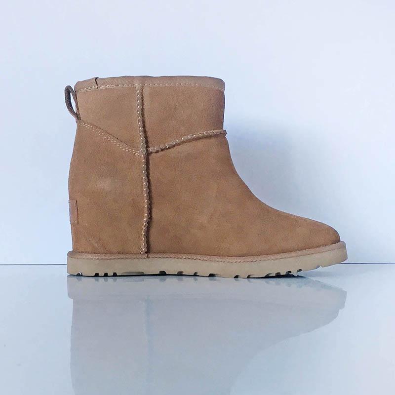 Bottine UGG veau velours couleur camelle à semelle compensée chez Chérie Chaussures Annecy