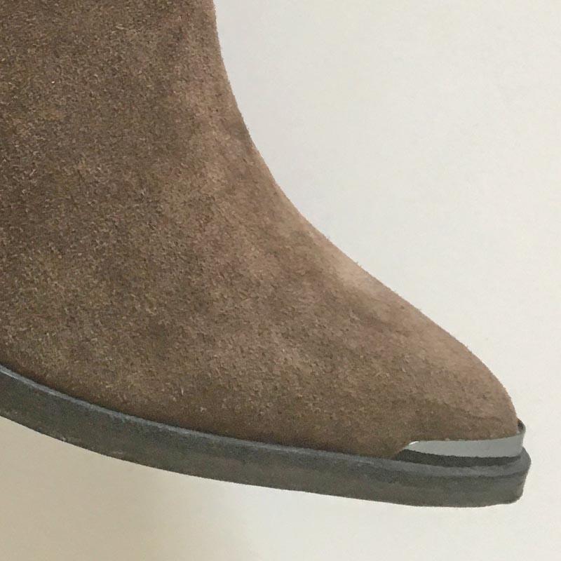 Emanuele Crasto - bottines tiag Chelsea en daim chez Chérie Chaussures Annecy (détail de la chaussure)
